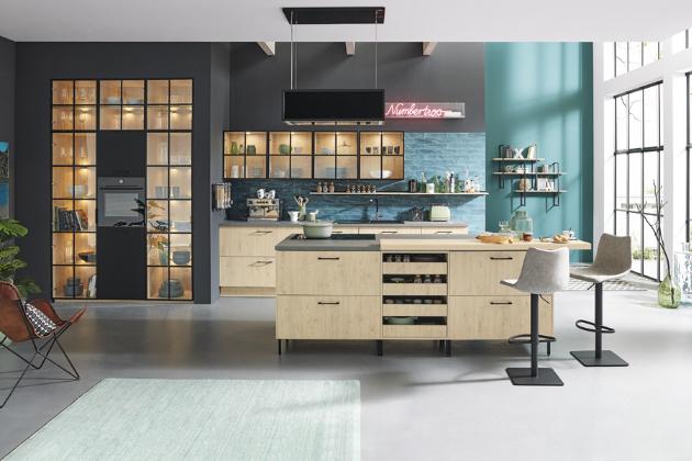 Kuchyňský koncept PUR 2641 (Ballerina Küchen), černé lakované podnoží a kování, korpus a dvířka dřevo Königseiche, prosklené skříně s černými subtilními rámečky, cena od 239 580 Kč, WWW.BALLERINAKUCHYNE. COM