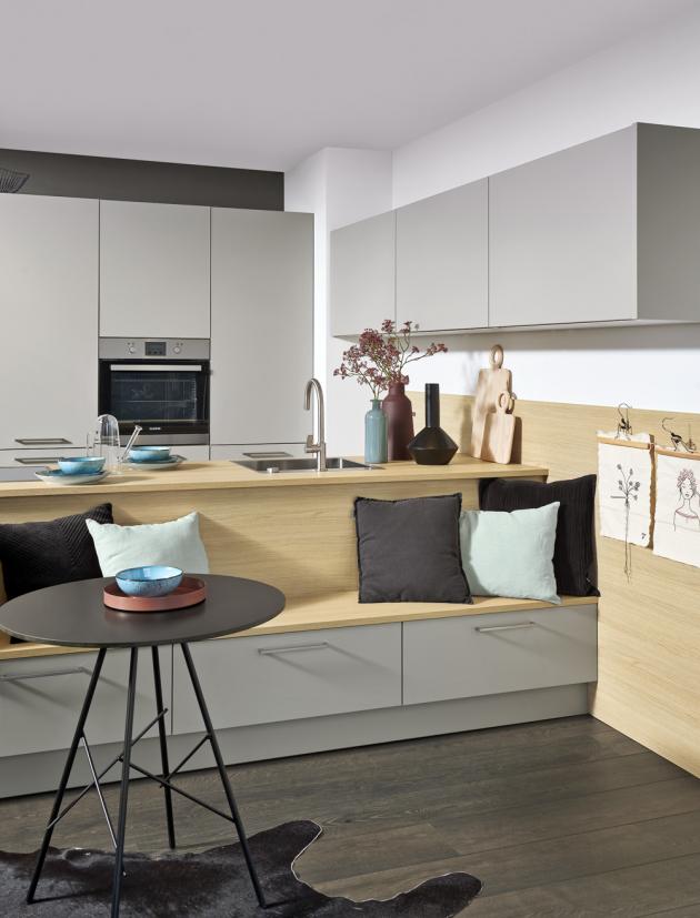 Detail sezení z kuchyňského konceptu Manhattan (Nolte Küchen), vrstvený laminát, antiotisková povrchová úprava, WWW.NOLTE-KUECHEN. DE