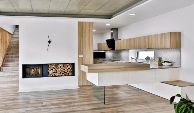 Ukázka z realizace kuchyňského konceptu Salsa (Infini), dvířka LDD odstín slonová kost a LDD odstín Coco Bolo, pracovní deska přírodní žula, kování Blum, WWW.INFINI.CZ
