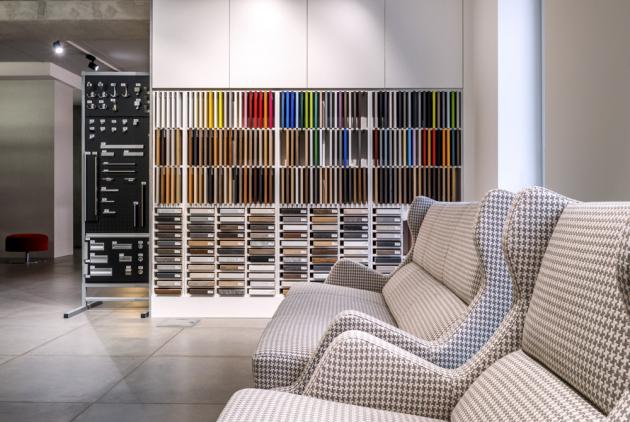 V showroomu si můžete prohlédnout kompletní vzorníky materiálů, povrchových úprav a barev nejen nábytku, který vzniká ve vlastní výrobně