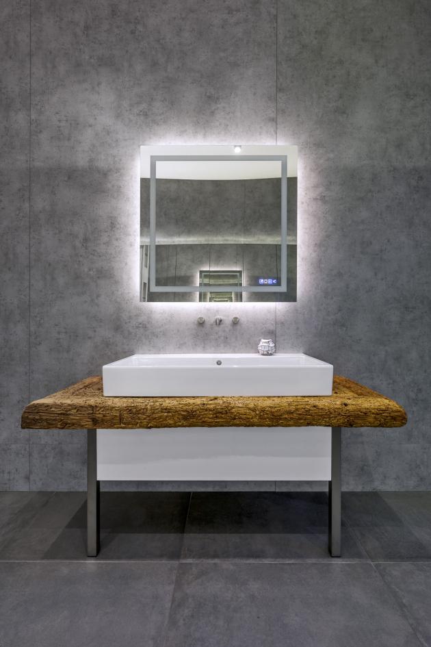 Indeco dodává i zařízení koupelen včetně vzdušnějších materiálů, jako je sklo či ocel