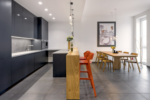 Součástí všech kuchyní je nejkvalitnější kování značky Blum, na které poskytují doživotní záruku. K dalším dodavatelům patří například Bosch, Siemens, Elektrolux, AEG
