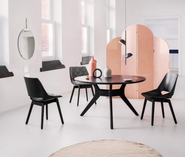 Jídelní stůl Rolf Benz 965 (Rolf Benz), lakované dřevo, O 110 a 130 cm, výška 75 cm, cena od 42 700 Kč, WWW.STOPKA.CZ