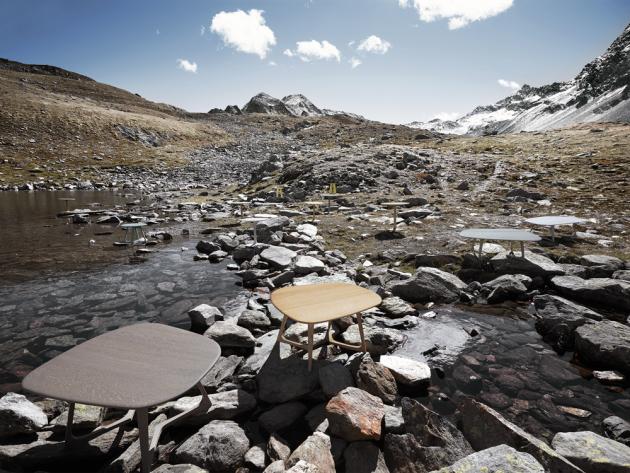 Odkládací stolek Twist Stone (Zeitraum), americký ořech, výška 32, 38 a 48 cm, cena od 40 487 Kč, WWW.STOCKIST.CZ