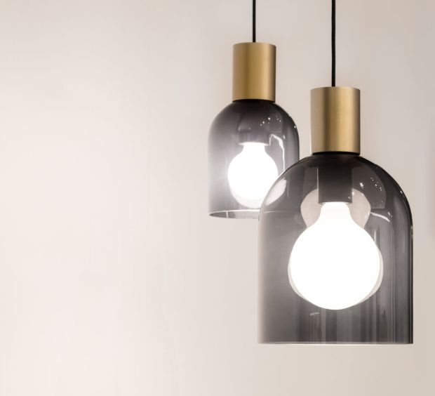 Jeden tvar, dva naprosto odlišné materiály. Nová interpretace tradičně tvarovaných svítidel Mantello přinesla jednoduché linie a materiálový protiklad v podobě skla a kovu. Klasický tvar ve všech směrech poplatný eleganci si tak můžeme vychutnat ve dvou provedeních. Jako ručně foukaná skleněná svítidla v kouřové nebo žluté a jejich protipól, hliník lakovaný do bílé nebo bronzově černé barvy. V kompozici obou variant do jedné instalace potom perfektně vyniká dynamika vznikající z výrazného materiálového kontrastu.