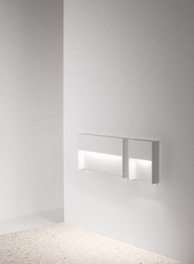 Elegantní orientační nástěnné svítidlo Skov s šířkou pouhých 32 milimetrů poslouží jako spolehlivý průvodce venkovními i vnitřními prostory. Subtilně tvarované tělo ukrývá LED zdroj vydávající tlumené měkké světlo, které směřuje dolů pod svítidlo. Upevněný na stěny vytváří Skov jemné světelné značení pro osvětlení chodeb i cestiček. Ideální způsob, jak nevtíravým způsobem ulehčit orientaci a pohyb v prostoru.