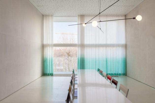 Svítidla Still protínají interiéry s důrazem i křehkou elegancí. Jako linky podtrhují dynamiku dokonale vyvážené konstrukce, která se chvěje a pohupuje v prostoru. Designérka Nathalie Dewezová v nich vybalancovala protichůdné síly do energizující rovnováhy. Stejně jako v monumentálních světelných instalacích, kterými se Dewezová vepsala do povědomí laické i odborné veřejnosti, se ve svítidlech Still zachvívá síla skrytá v nastolení rovnovážného bodu.