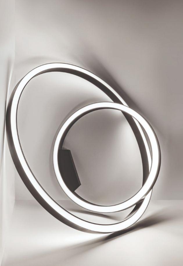Svítidla Super-Oh! prošla evolucí a na konci tohoto vývoje stojí Super-Oh! Slim. Svítidlo s šířkou pouhých 44 mm a výkonem 119 lm/W je esencí kvalit oblíbené řady. Fascinující výkon a křehce elegantní tělo je spojení, jehož benefity vyniknou v soukromých i komerčních interiérech. Svítidla dokonale kruhového tvaru, jejichž monotónnost rozbíjí jen integrovaný napaječ lehce vystupující z těla svítidla, se nabízí v průměrech 800 a 1200 milimetrů.