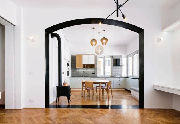 Jedinečnému interiéru dominuje černý portál