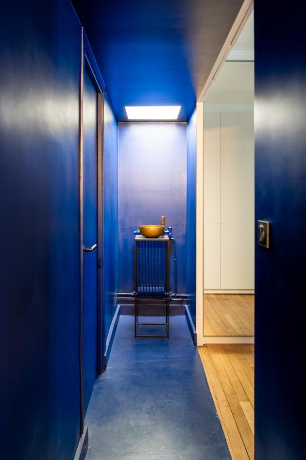 Mladý pár si přál bydlení vsoučasném stylu, a to v rámci existujících omezení, které představují zakřivené stěny, původní stropy a rozložení příček.