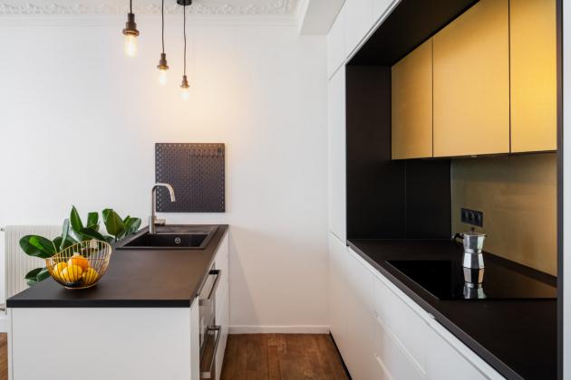 Mladý pár si přál bydlení vsoučasném stylu, a to v rámci existujících omezení, které představují zakřivené stěny, původní stropy a rozložení příček.¨