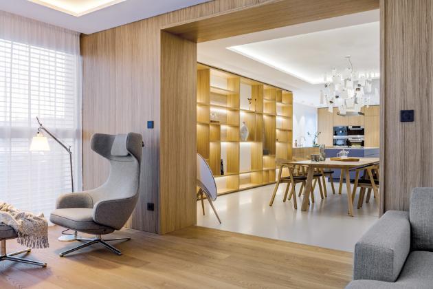 Kvalitní dubové dřevo se propisuje i do solitérního vybavení. Jídelní stůl a židle Rhomb od výrobce nábytku Prostoria, kterými architekt vybavil jídelní zónu polyfunkční místnosti, lze zakoupit přímo v ateliéru de.fakto