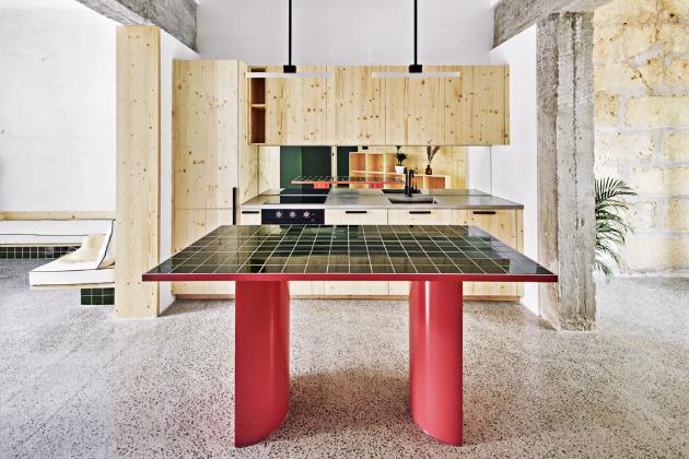 Kuchyně z borovicového dřeva je pro mladý pár dostačující, volně stojící ostrůvek poskytuje pracovní plochu navíc