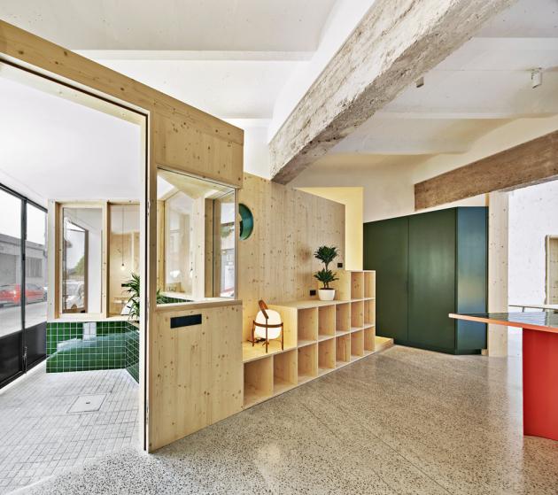 Vstupní prostor je oddělen diagonální příčkou ze dřeva