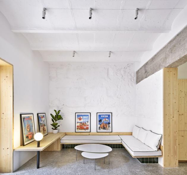 Vestavěná pohovka je navržena tak, aby zabírala minimum prostoru a zároveň nabídla dostatek míst k sezení. Plakáty ze starých kalendářů se po zarámování proměnily ve stylovou dekoraci