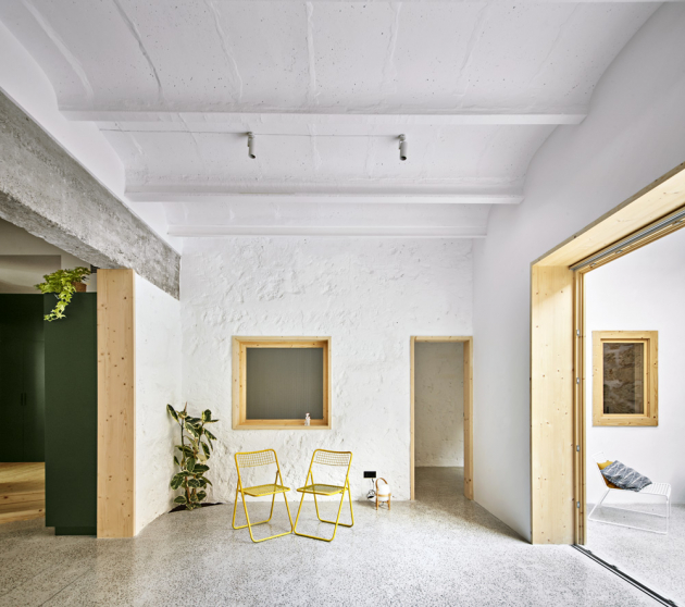 Vstup do bytu zdobí jeden z nejvýraznějších prvků celého konceptu – čtvercové obklady v charakteristickém odstínu zelené