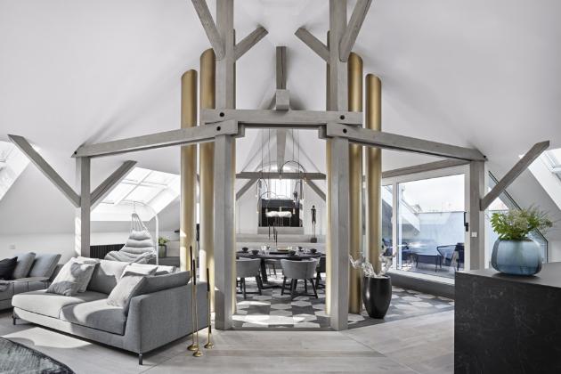 Zajímavým prvkem interiéru je detail podlahy, který efektně přechází z klasické rovnoběžné pokládky do mozaiky. Stejně tak i designové osvětlení (Bulb), kopírující půlkruhy