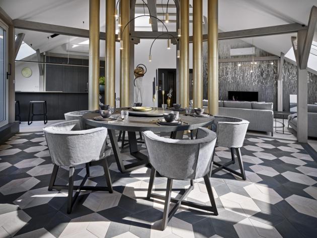 Oblouky v interiéru efektně podporují i pohodlná křesla Gray (Gervasoni) kolem kruhového jídelního stolu