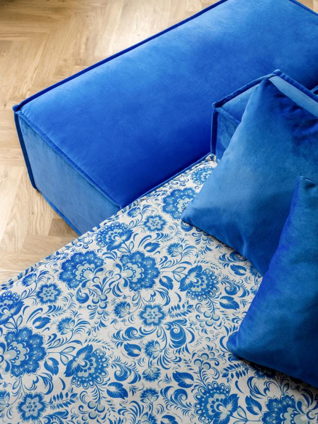 Tento vzor je vidět i v detailech na pohovce, stoličce a vkuchyni