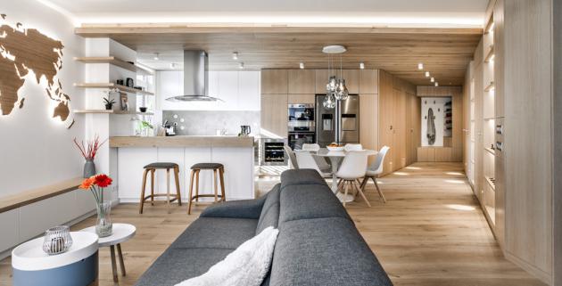 V interiéru vládne dřevěná třívrstvá podlaha z dubu, která se místy plazí po stěnách i stropě. Na všudypřítomné cestování upozorňuje i osvětlený motiv světadílů na stěně hlavního obytného prostoru