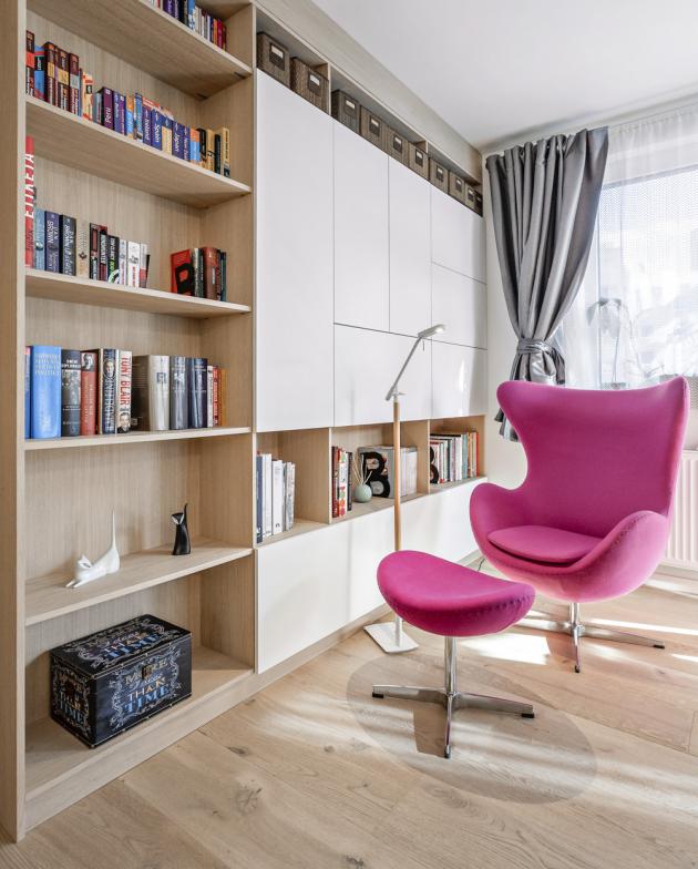 U knihovny je vytvořen čtenářský koutek s pohodlným ušákem doplněným podnožkou