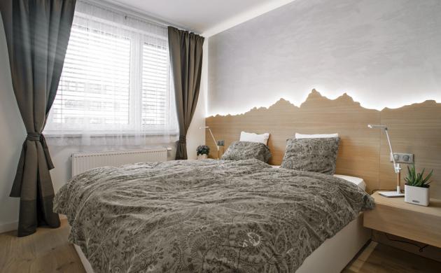 Ložnici vévodí lůžko Mezzo (Boconcept) zasazené do efektního výtvarně zpracovaného obkladu z dubové dýhy, který je podsvícený