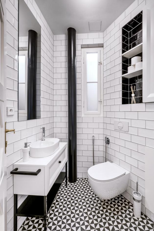 Také v místnosti s toaletou zvolil návrhář k ozvláštnění černě obložené niky, závěsný klozet 4All (Globo) je v praktickém provedení rimless, cena 6 490 Kč