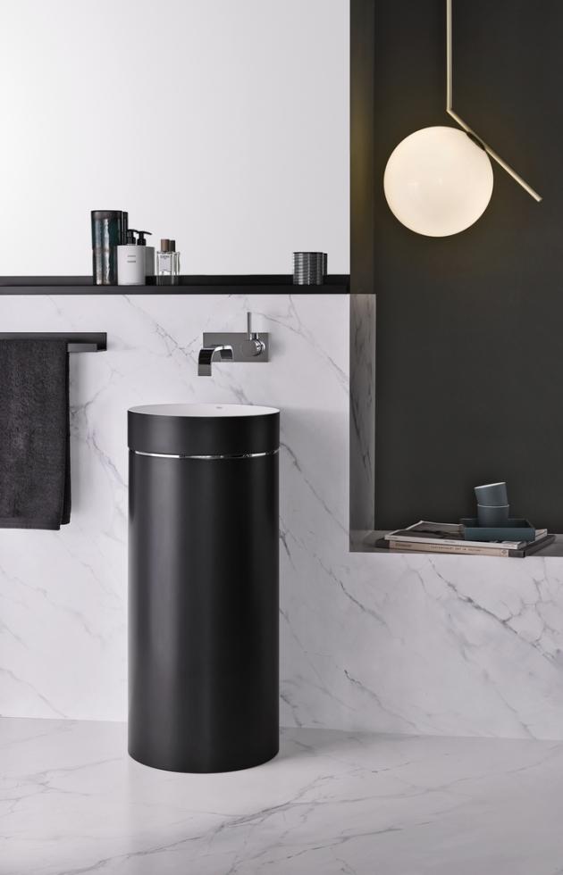 Podlahové umyvadlo z řady Bicolor (Alape), zajímavý kontrast lesklé bílé vnitřní části a matného černého pláště, glazovaná ocel, cena 83 000 Kč, WWW.ELITEBATH.CZ