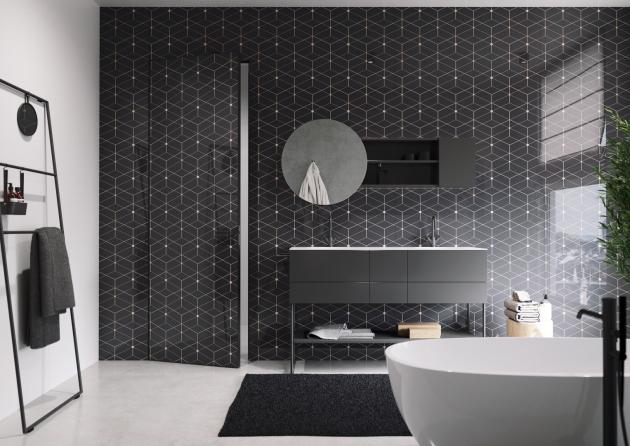 Zajímavou atmosféru nastolí v koupelně výrazné skleněné obklady z Grafoskla (JAP) s různými motivy, cena od 8 349 Kč/m2, WWW.JAPCZ.CZ