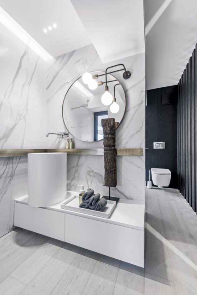 V koupelně pro děti je umyvadlo (Casabath) umístěné na nízké skříňce. Celek příjemně dokresluje kulaté zrcadlo v měděném rámu, ve kterém se odráží zajímavý tvar svítidla