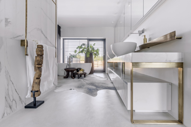 V koupelně rodičů jsou použita misková umyvadla a volně stojící vana od značky Antonio Lupi. Umyvadlová deska je položená na měděné konstrukci. Část podlahy u vany je zateplená kožešinou
