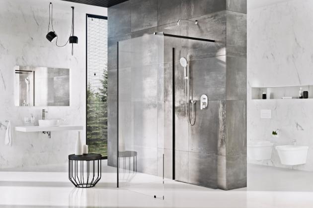 Sprchový kout walk-in typ Corner (Ravak), dvě skleněné stěny a kovové vzpěry, rozměry lze upravovat přímo na míru, rozměr 110 × 80 cm, cena 20 490 Kč, set kování 3 690 Kč, WWW.RAVAK.CZ