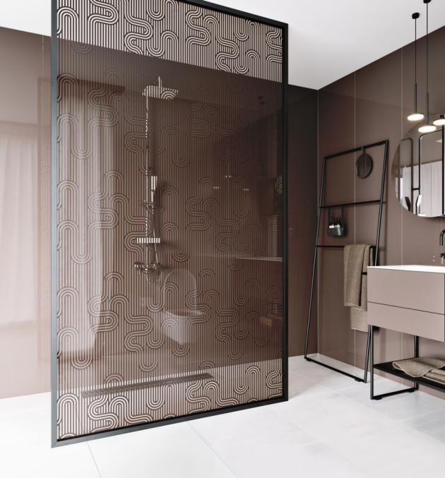 Sprchový walk-in prostor vymezuje zástěna z Grafoskla (JAP Future) s černým grafickým motivem, cena od 11 104 Kč, WWW.JAPCZ.CZ