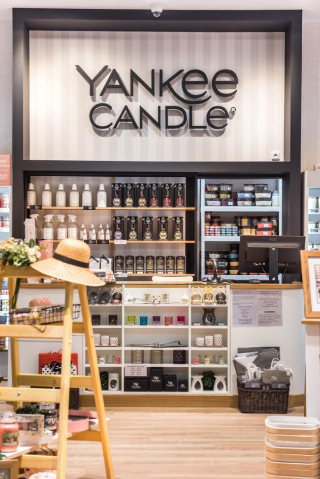 Kromě Yankee Candle jsou v prodejně k dispozici také vonné svíčky WoodWick s unikátními dřevěnými knoty s efektem praskání a elegantní vůně italské značky Millefiori Milano, které nabízí mimo jiné i velký výběr vůní do auta - pro ženy i muže.