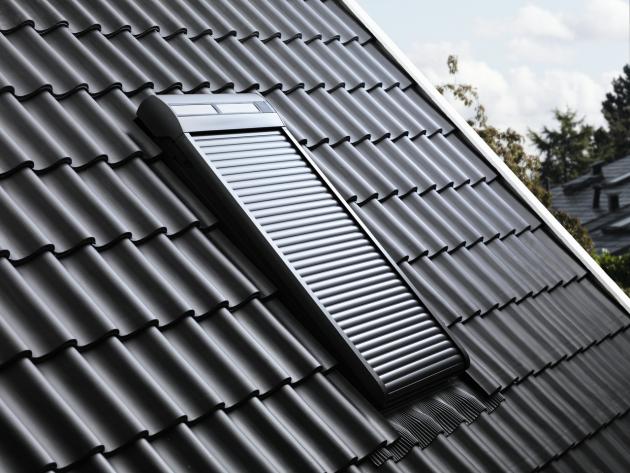 Venkovní roleta VELUX dokáže zcela zatemnit místnost po celý den, poskytuje tedy dokonalou ochranu soukromí i nerušený spánek. Bezúdržbová hliníková konstrukce s dlouhou životností odolává těm nejnáročnějším povětrnostním podmínkám, snižuje hluk dopadajících dešťových kapek a krupobití a pomáhá chránit okno před vloupáním.