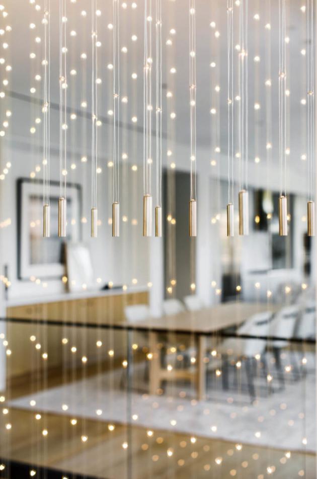 Světelná instalace byla navržena ve spolupráci se společností Studio1Thousand a poskytuje svislé vizuální propojení obou pater.