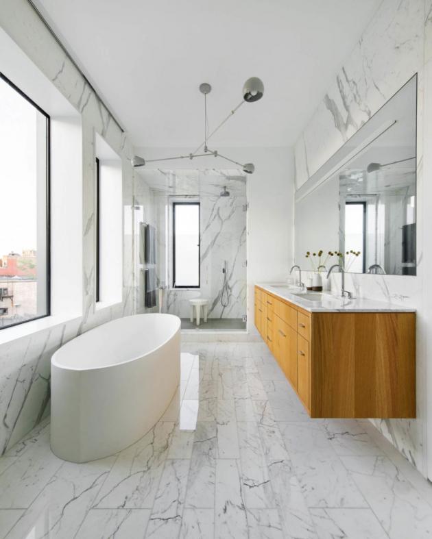 Koupelně dominuje mramor