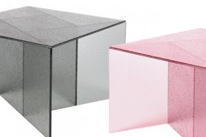 Geometrické stolky z barevného skla