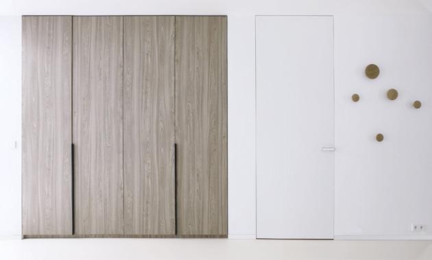 Dveře Fortilus 52 se skrytou zárubní (Dorsis), povrch nástřik PU barvou v odstínu RAL 9003, kování Maximal s vkladkou v RAL 9003, cena na dotaz, WWW.DORSIS.CZ