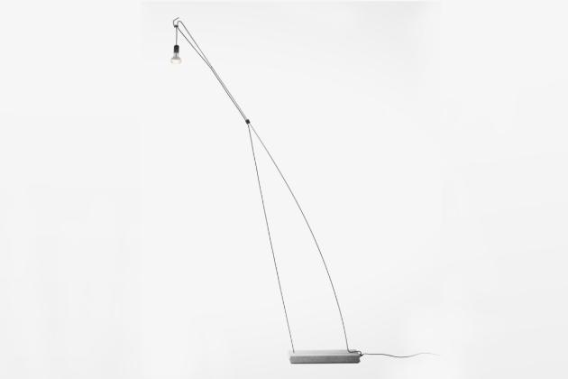 Co se stane, když se spojí Hornbach sduem českých designerů Herrmann a Coufal? Vznikne originální projekt DIY lampy Tension, kterou si každý machr vyrobí svépomocí, navíc smožností dalšího individuální ztvárnění. K výrobě lampy potřebujete jen sortiment Hornbachu, vlastní chuť a odhodlání. Projekt spatřil světlo světa na přehlídce Maker Faire Prague ONLINE 2020 a nyní je dostupný všem fanouškům DIY designových kousků ve formě sdíleného návodu.