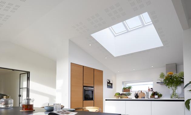 Prosvětlené a vzdušné bydlení, takový je ideál dnešního domova. Kjeho dosažení přispívají prosklené okenní plochy, které dostávají čím dál větší prostor nejen ve fasádních zdech, ale i v rámci střech. Právě střešní okno totiž díky své poloze vůči zdroji přirozeného denního světla vpustí do našich interiérů zhruba dvakrát více denního světla než stejná plocha svislého fasádního okna.