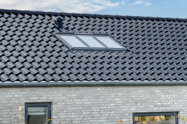 Výhodou jednoho rámu pro tři okna je snadná a rychlá montáž, kterou zjednodušuje i možnost využití speciálních prvků – lemování pro VELUX STUDIO, zateplovacího rámu BDX, plisované hydroizolační manžety BFX, drenážního žlábku a manžety z parotěsné fólie BBX.