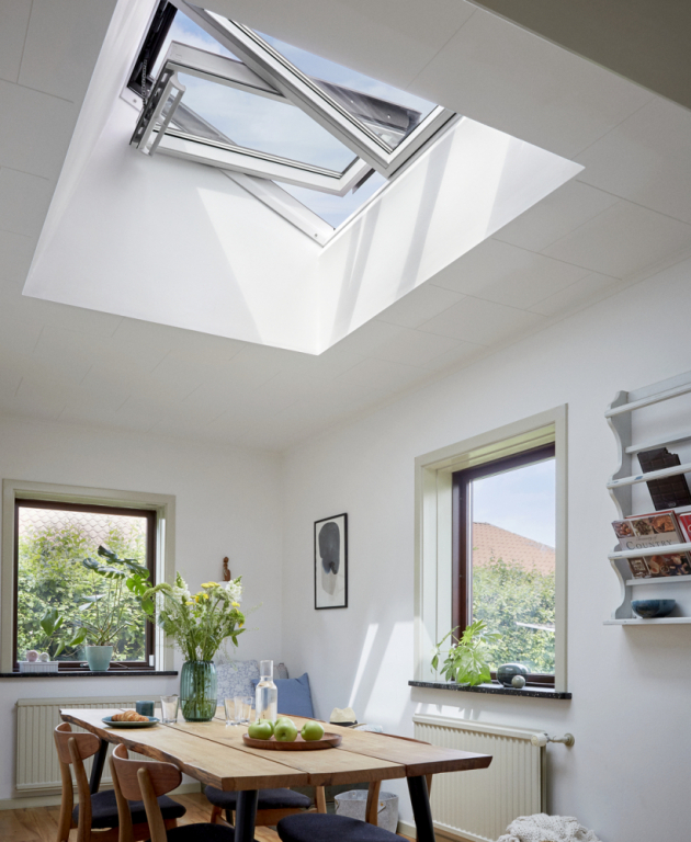 Střešním oknem, které ještě více prozáří náš interiér a zvýší světelný komfort, je nová sestava VELUX STUDIO, kombinace tří střešních oken integrovaných vjednom rámu.