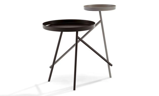 Odkládací stolek Tango (Draenert) připomíná dva tanečníky sdílející ladný pohyb, dokonale srostlé, přesto odlišné svou velikostí abarevností.