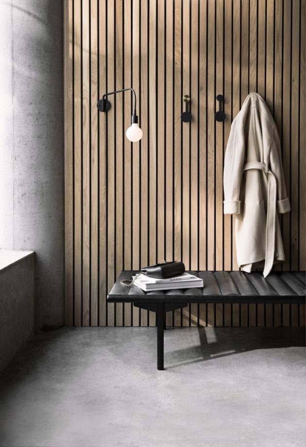 Lavice Daybed (Menu), design Anita Johansenová, jasanové dřevo akůže,  40 × 180 × 80cm, cena 101790Kč, www.stockist.cz