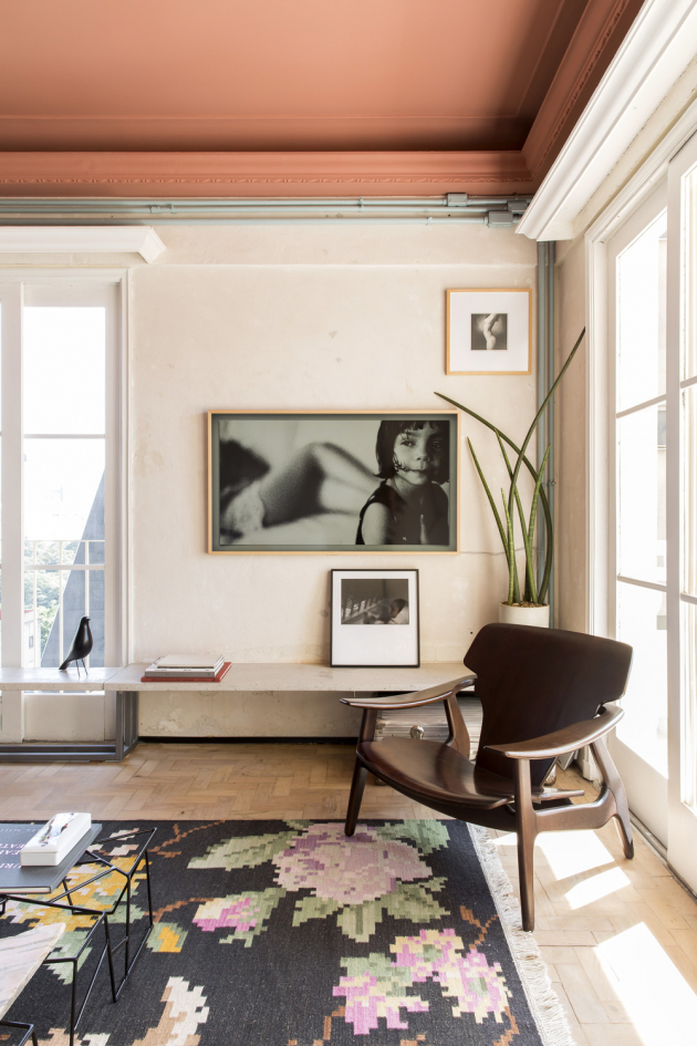 Majitel bytu se věnuje fotografii, v interiéru proto nechybí řada stylizovaných černobílých fotografií