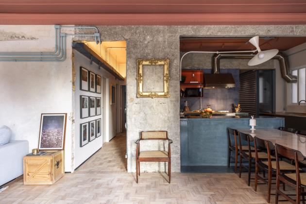 Barevnost konceptu odráží 50. léta minulého století, kdy byl dům postaven. Strop v růžové barvě doplňuje petrolejově modrá kuchyně
