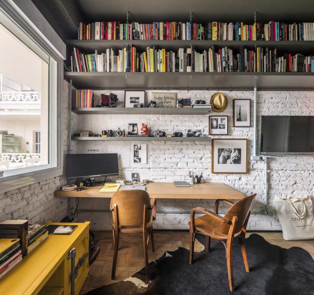 Pracovna a pokoj pro hosty zároveň slouží jako knihovna, jsou zde také vestavěné skříně