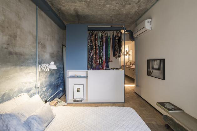 Klidnou atmosféru ložnice zajišťuje odlehčená kombinace převažujících bílých ploch a detailů v bledě modrém odstínu. Za solitérním úložným modulem je ukrytá šatna manželů