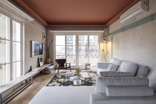 Dominantním prvkem hlavního obytného prostoru jsou velká francouzská okna, sloužící také jako vstup nabalkon, vedený pocelé západní straně bytu. Interiér je plný ikonických kousků, vobývacím pokoji je nepřehlédnutelné ručně vyráběné křeslo Diz, navržené architektem Sergio Rodriguesem, které vsoučasnosti produkuje ClassiCon